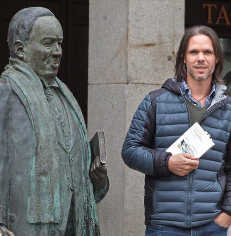 photo of Charles Olsen with statue of Antonio Machado