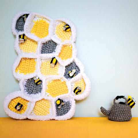 Crochet beehive and kettle