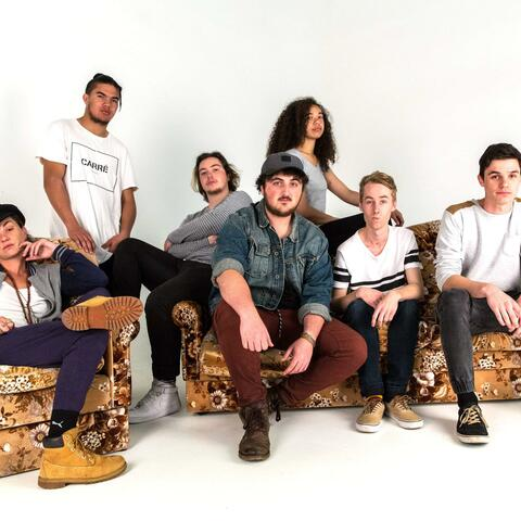 Hollie Smith (left) with Wintec student band, The Meraki (from left) Jack Marshall, Tyrell Tamaki, Josh Woest, Jessica Ruck-Nu'u, Hayden McFie & Bayley Milne). Photo Kelsy Scott