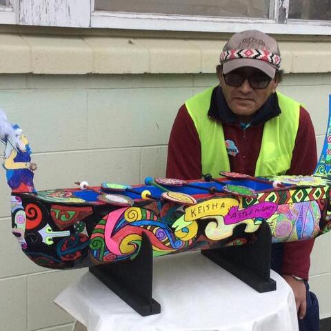 An Arts For Health artist with his painted waka