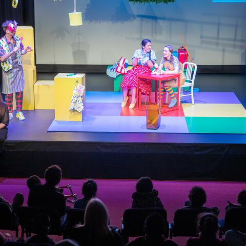 Kelly Hodgins provides a NZSL interpreted performance of Greedy Cat